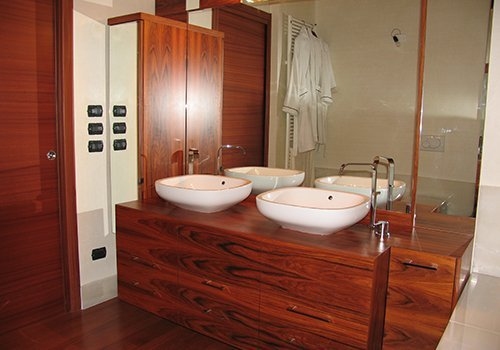 un bagno con un mobile e pavimento in legno
