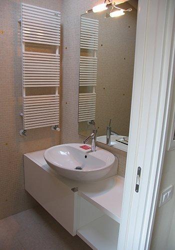 un bagno con vista di un lavabo e un mobile di color bianco