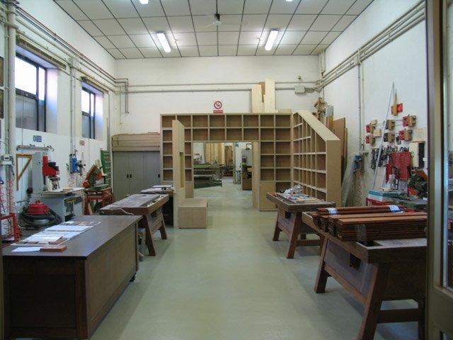 Tavoli in legno e scaffalatura