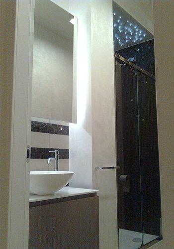 un bagno con vista di due specchi e un lavabo