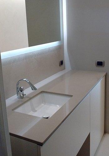 un lavabo rettangolare con un rubinetto in acciaio e un top di color grigio