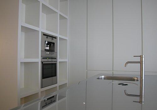dei mobili in legno di color bianco e un lavandino