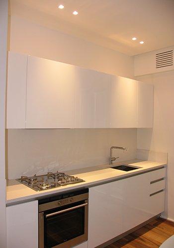 una cucina a  blocco di color bianco