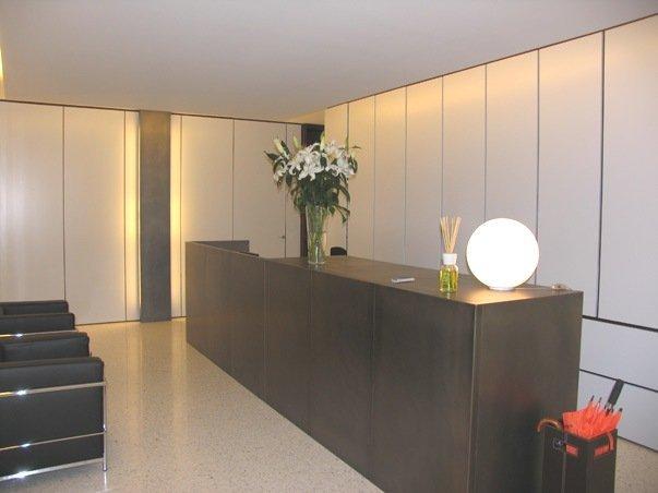 una cabina armadio con i mobili di color bianco e pavimento in legno