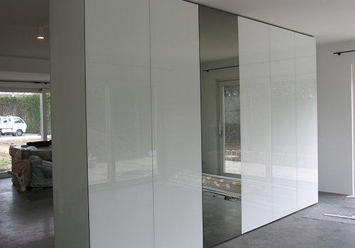 un armadio di color bianco e uno specchio