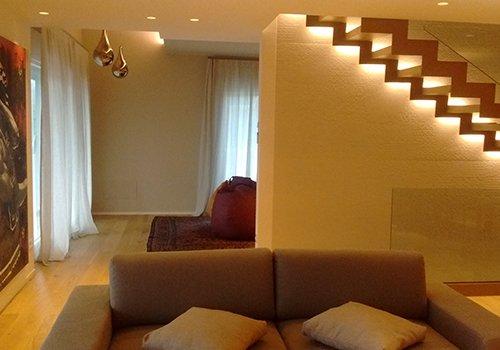 un divano a due posti e delle scale in legno