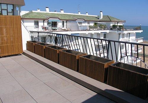 una terrazza con dei vasi di legno