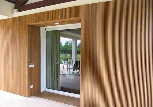 entrata di una casa rivestita in legno