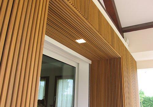 l'entrata di una casa rivestita in legno