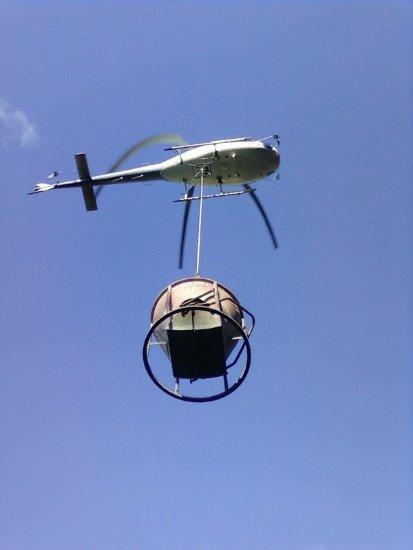 un elicottero che trasporta un boccaporto