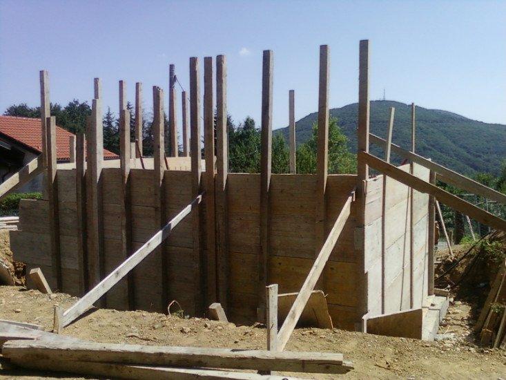 delle fondamenta in legno di uno stabile in costruzione