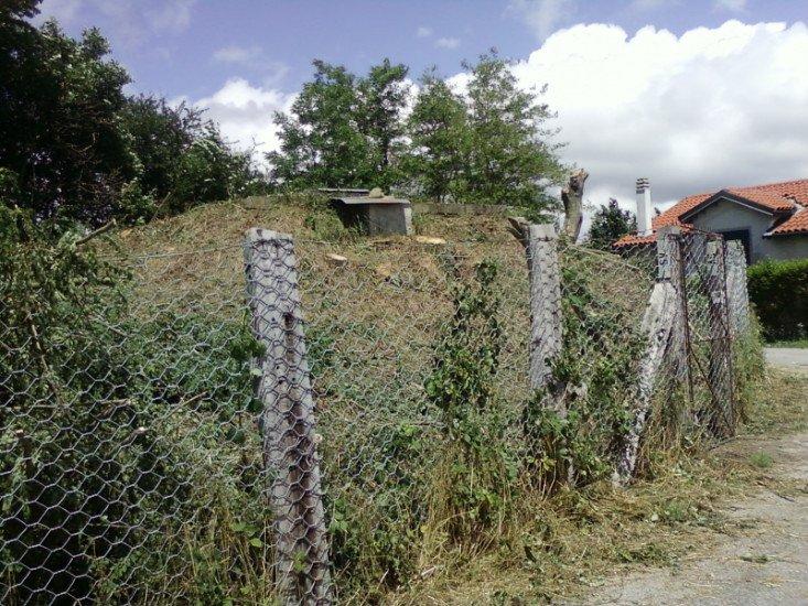 una recinzione in ferro con delle travi di legno
