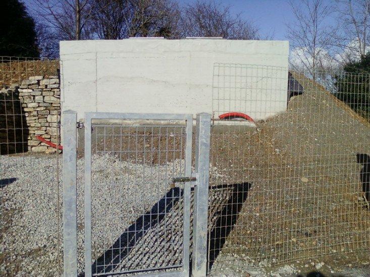 un cancello in ferro e una rete metallica