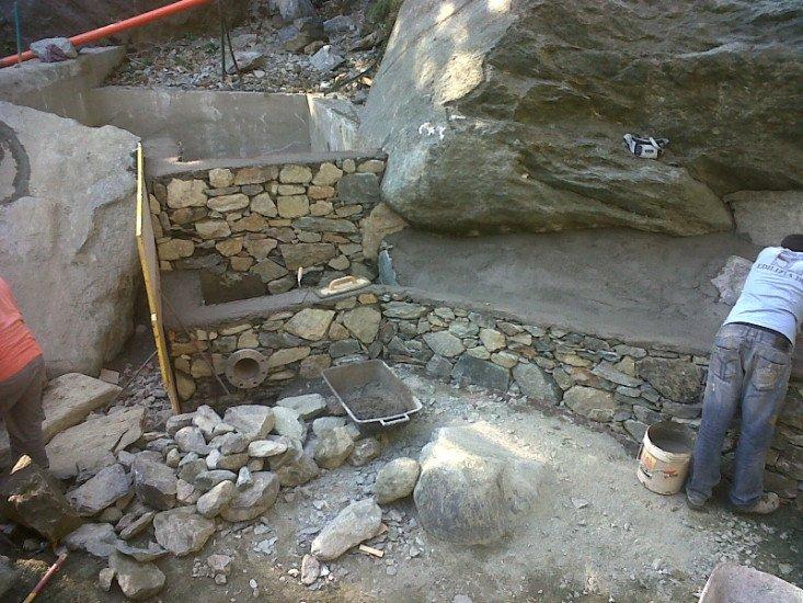 degli operai al lavoro vicino a delle rocce