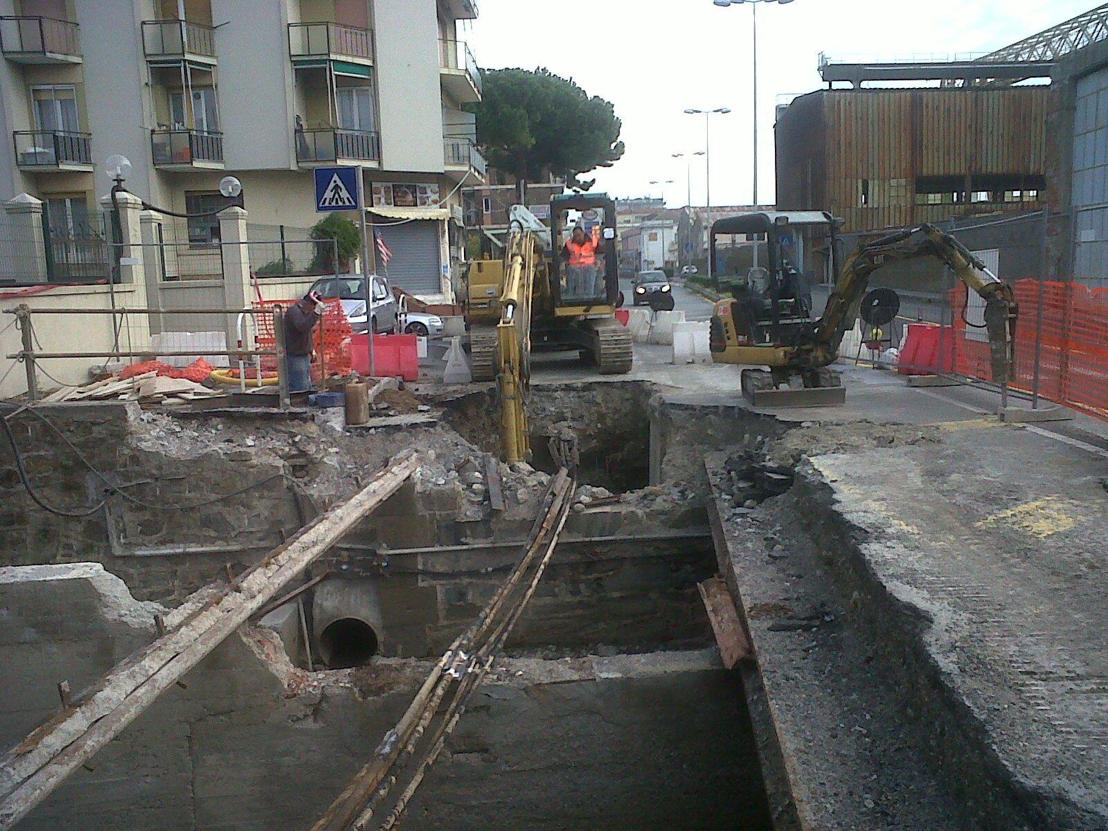 Operaio in escavatore lavora su un acquedotto