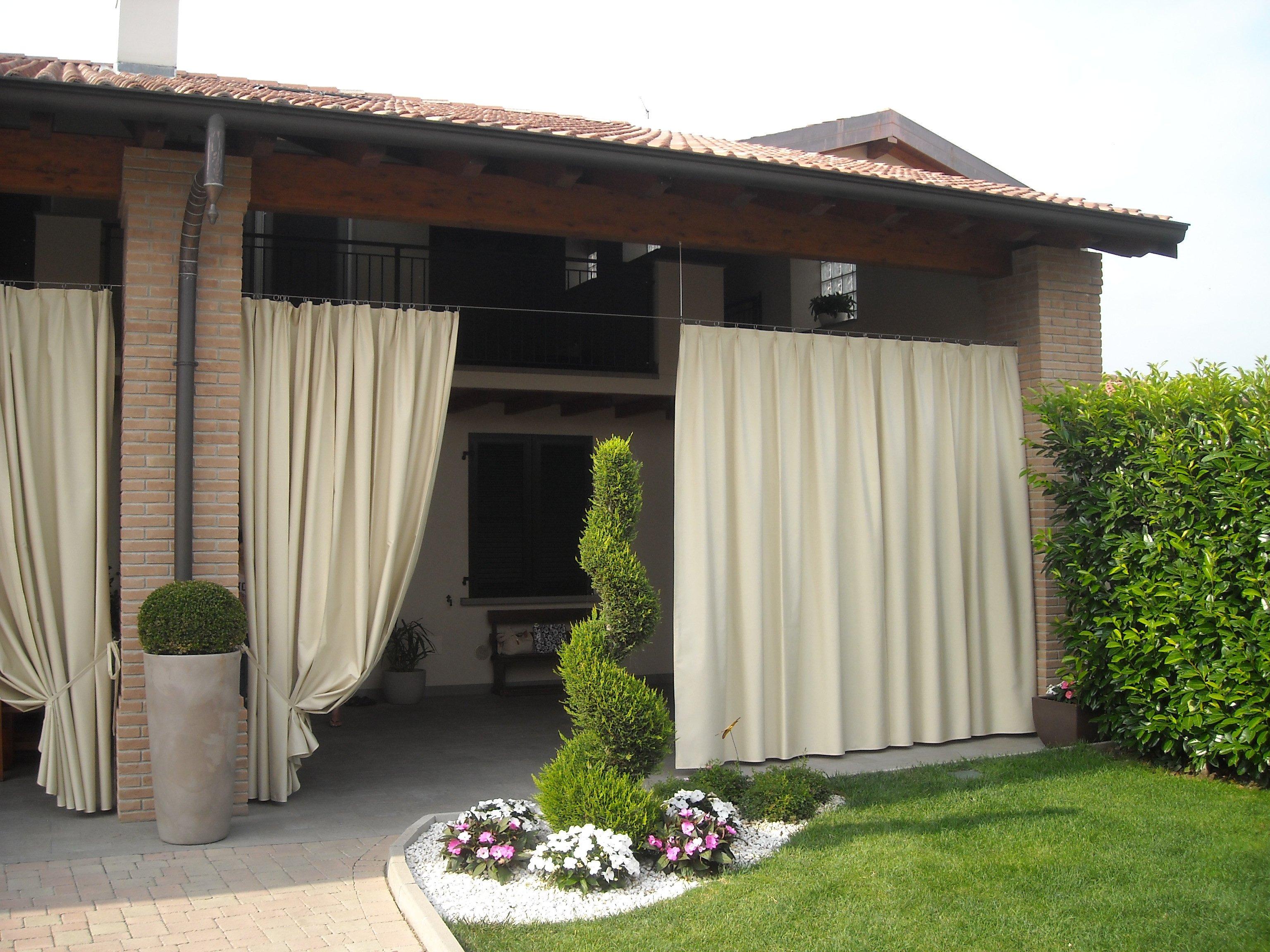 vista esterna di casa con tende