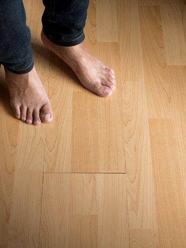 piedi nudi su un pavimento a parquet
