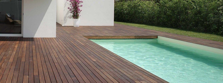 piscina con pavimento in legno