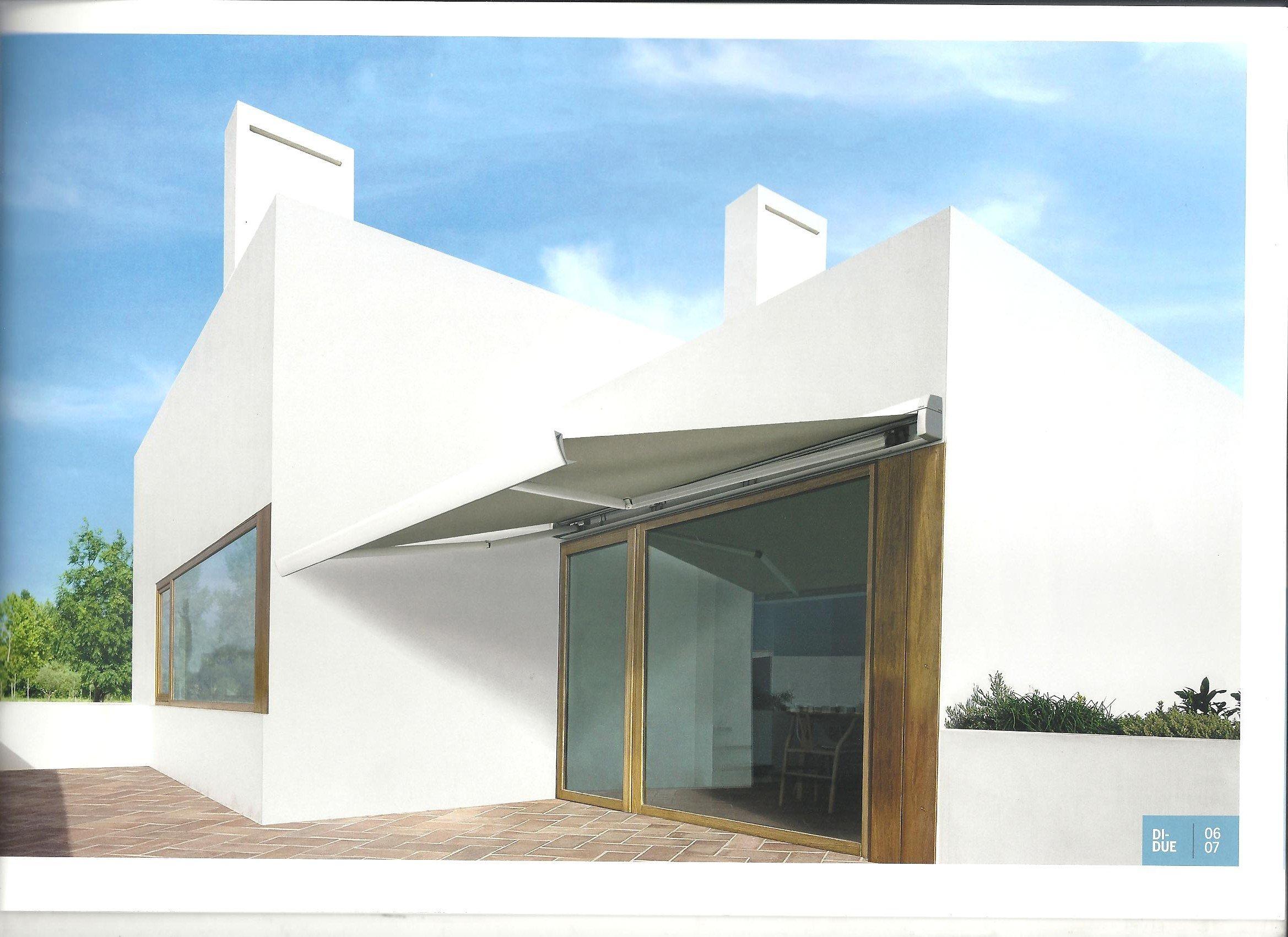 casa bianca con portone in vetro