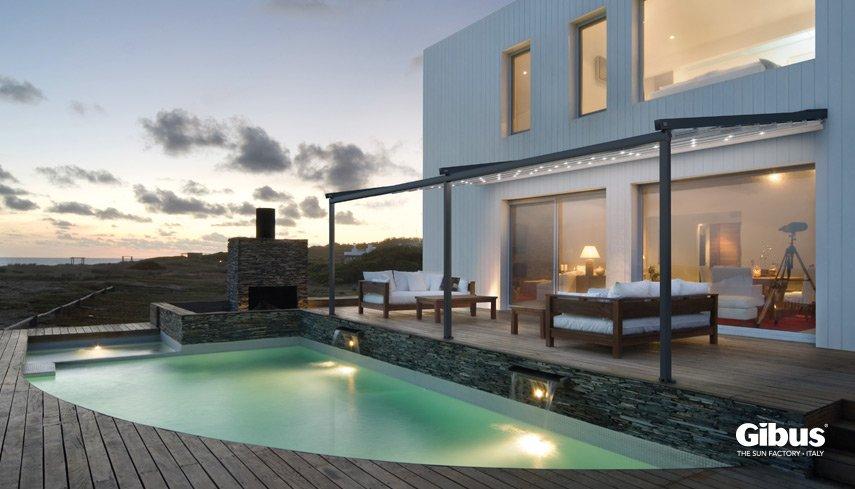 vista frontale di una villa con piscina