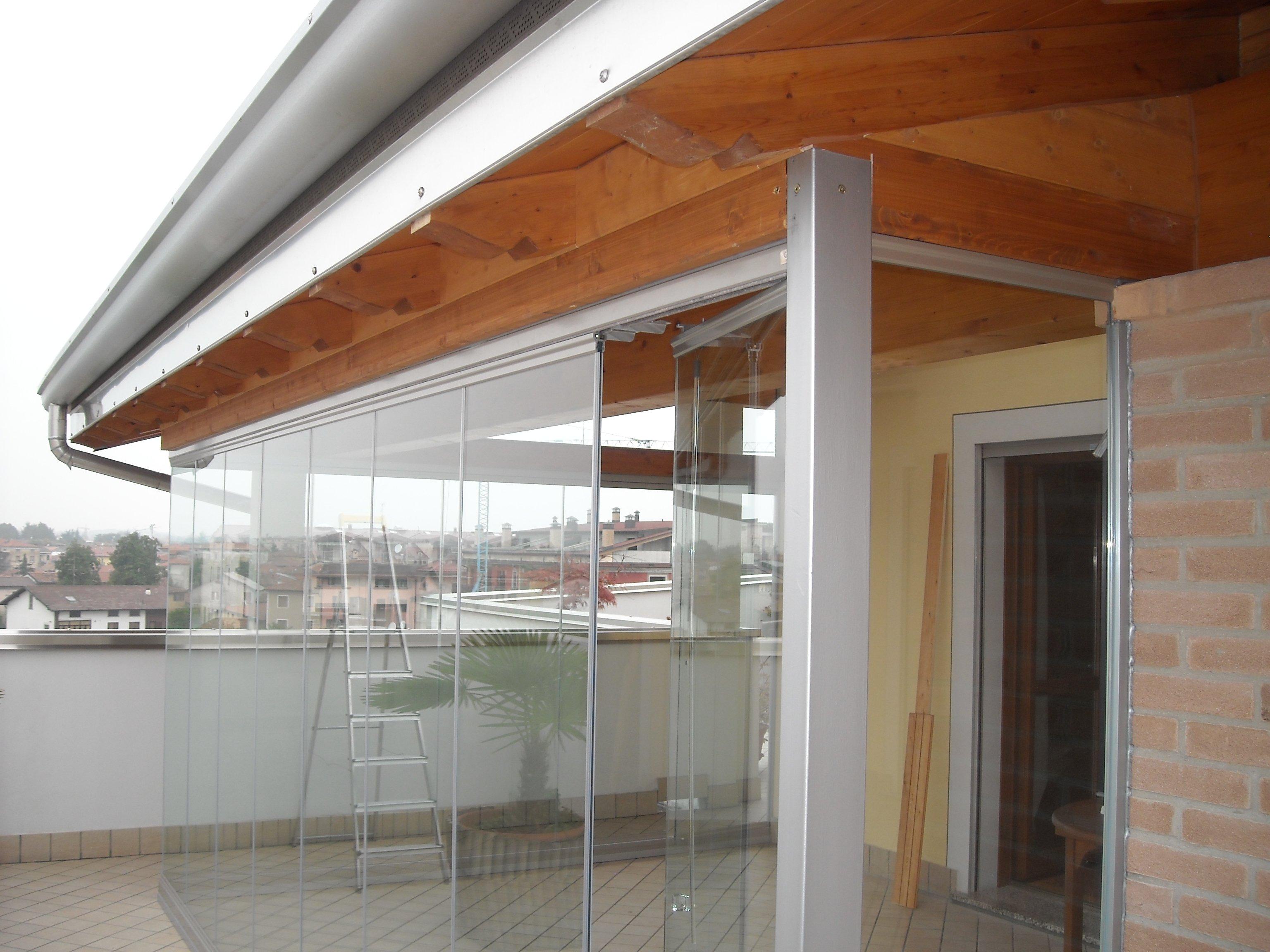 vista esterna di porte in vetro con soffitto in legno