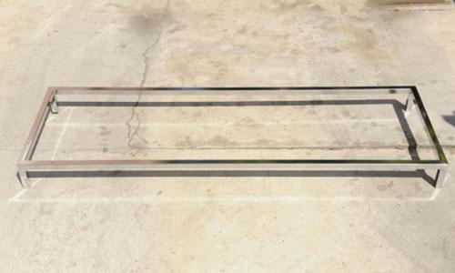 struttura simile a un tavolino in acciaio e vetro
