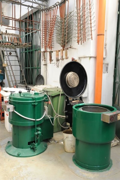 macchinari industriali di color verde con un coperchio a oblo' con apertura dall'alto