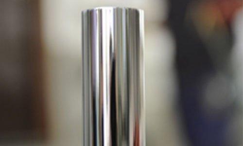un tubo in ferro cromato