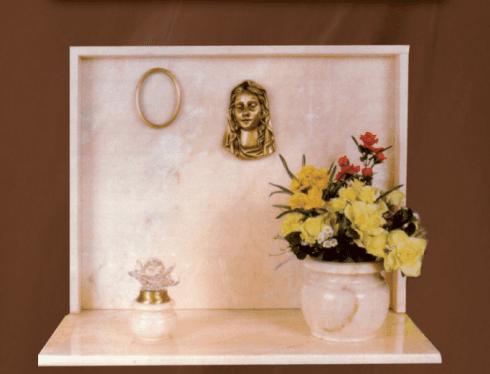 Lapidi in marmo rosè del Portogallo con accessori in bronzo e vasi in marmo