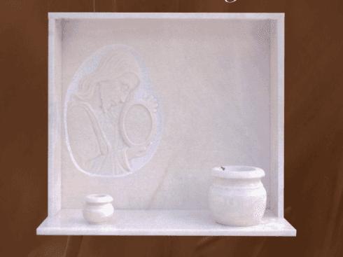 Lapidi in marmo chiaro con vasi
