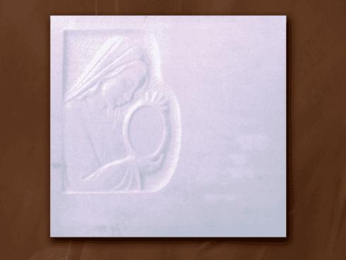 Lapide in marmo bianco con intarsi