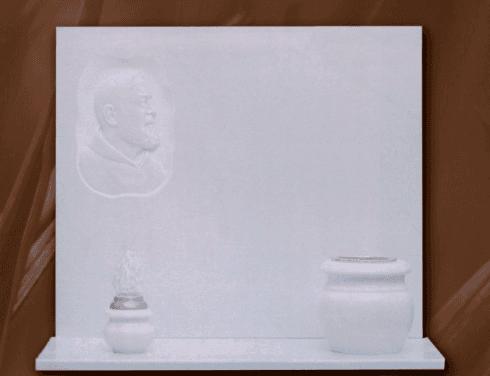 Lapidi con accessori in marmo bianco
