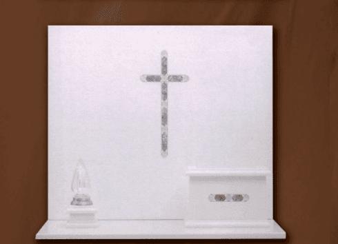 Lapide in marmo bianco con croce, lumino e vaso