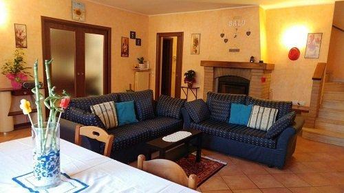 un salottino con due divani blu a pois e un tavolo con delle sedie