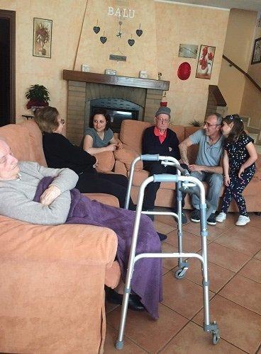dei signori anziani seduti su dei divani