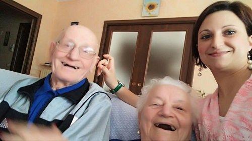 una ragazza giovane accanto a dei signori anziani sorridenti