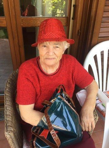 una signora anziana vestita di rosso