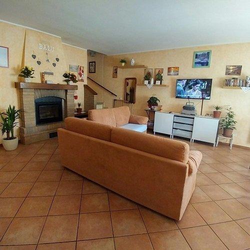 un salotto con due divani arancioni e un camino