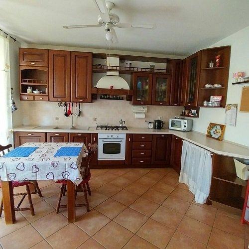 una cucina con mobili in legno e un tavolo