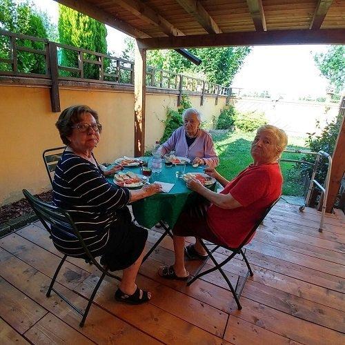 tre signore sedute a un tavolo all'aperto