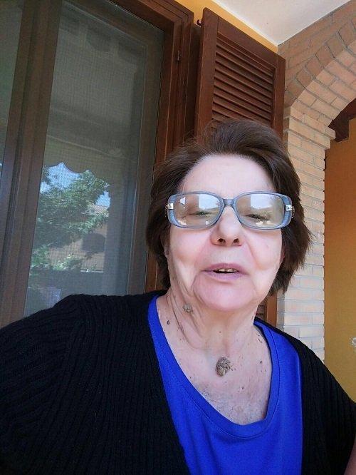 una signora anziana con degli occhiali da vista blu