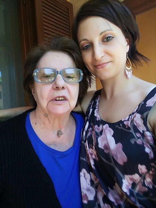 una ragazza vicino a una signora con degli occhiali da vista blu