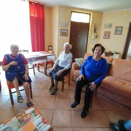 tre signore anziane sedute