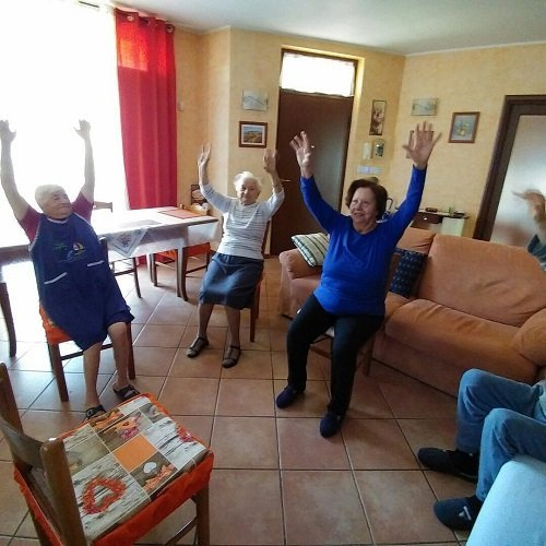 tre signore anziane sul divano con le mani in alto