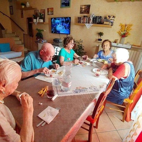 dei signori seduti a un tavolo mentre mangiano