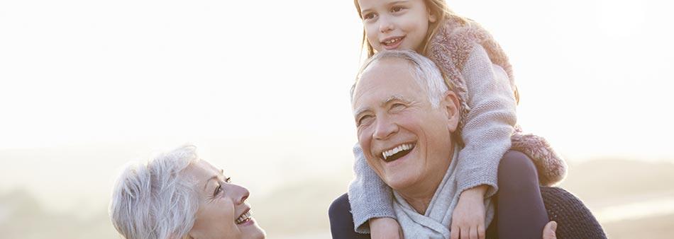 nipote con nonni durante un viaggio