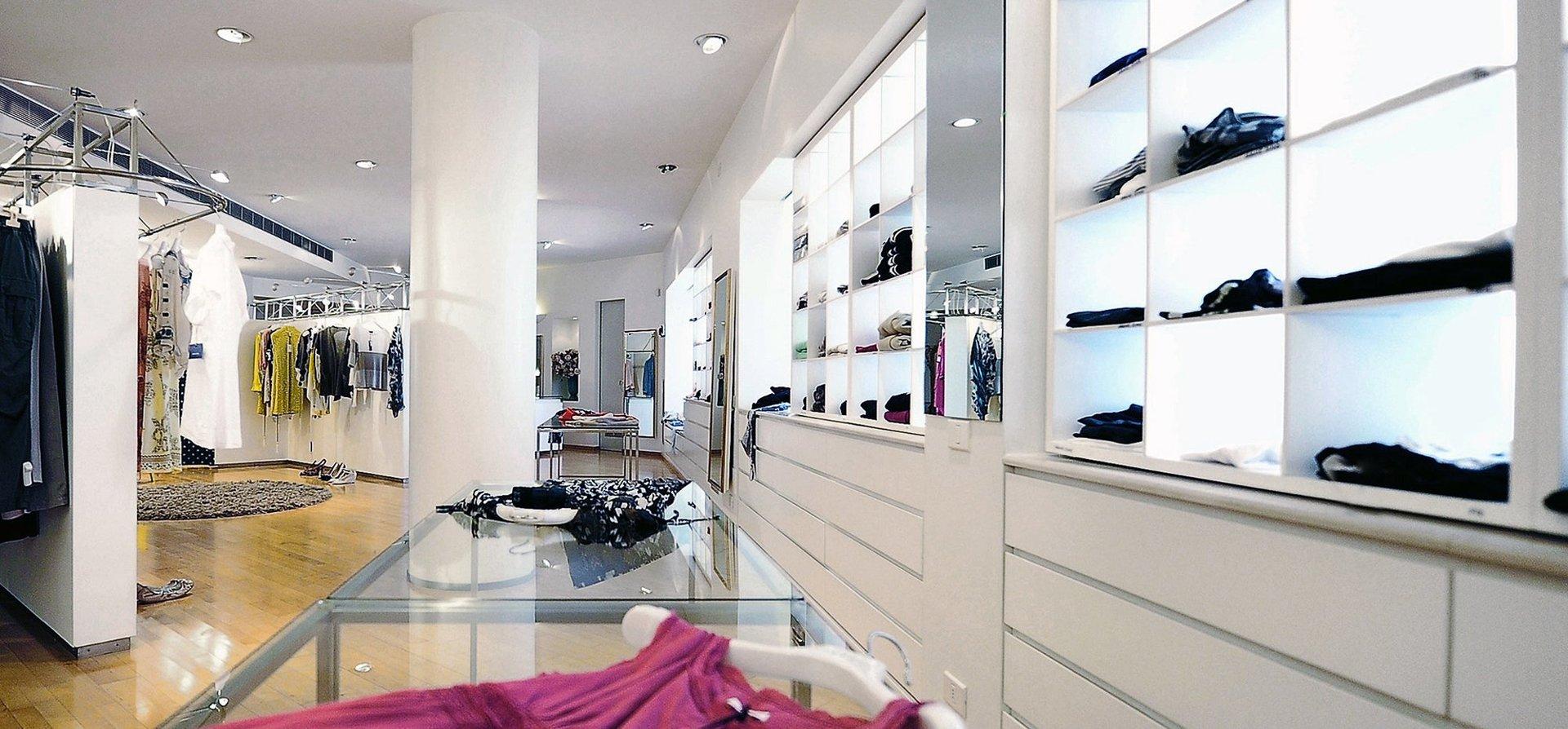 interno negozio di abbigliamento donna