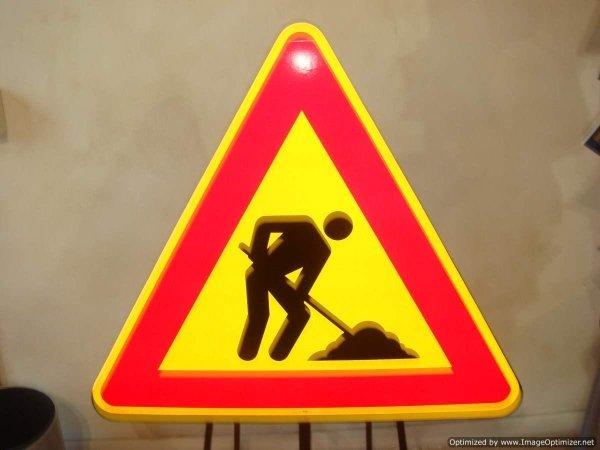 Offriamo una vasta scelta di cartelli strdali e cantieristici semafori e illuminazione