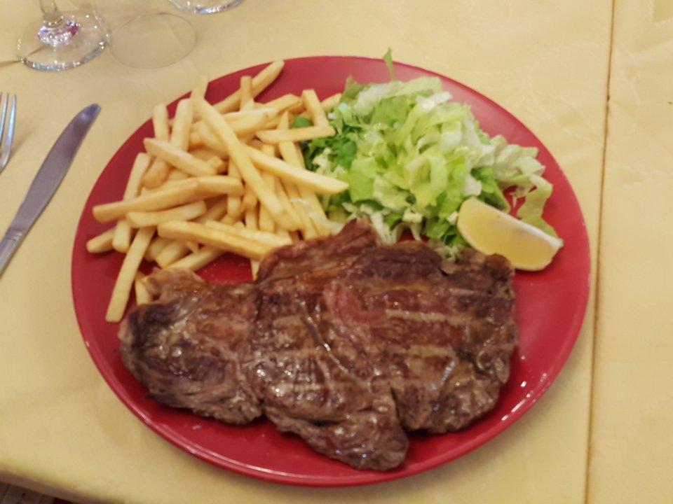 Bistecca alla griglia, con patate fritte e insalata