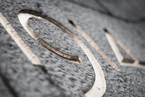 dettaglio di una lapide in marmo